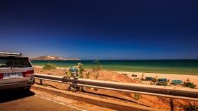 照相机沿路边障碍移动由海海滩 影视素材