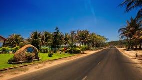 照相机沿路移动由海海滨别墅棕榈 影视素材