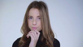 照相机的年轻俏丽的女孩容易的调情的人在背景 迟缓地 影视素材