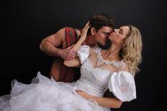 照相机的性感的夫妇姿势 库存图片