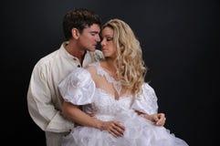照相机的性感的夫妇姿势 免版税图库摄影