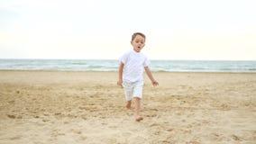 照相机的焦点在连续孩子后顺利地移动 一个往照相机的小的愉快的男孩奔跑沿 影视素材