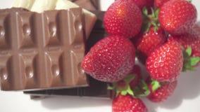 照相机的运动在草莓和巧克力的 股票视频