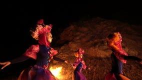 照相机的间距然后拍同时跳舞象狂欢节服装的三个女孩和的面具的照片 股票视频
