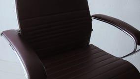 照相机皮革办公室椅子的视图类型从另外边和特写镜头的 影视素材