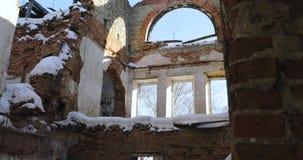 照相机移动在右边到左边取消红砖被毁坏的大厦与panaramnymi空的窗口 股票视频