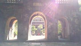 照相机移动通过对寺庙内在围场的巨大的石门 股票视频