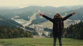 照相机跟随走在山的徒步旅行者环境美化与培养胳膊入空气的少女 股票视频