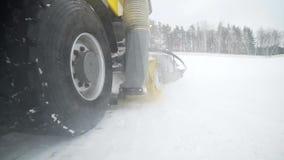 照相机跟随重的轮子机械,那从路取消雪与在多雪的大巨型的转动的刷子 股票录像