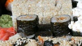 照相机迅速移动 与鳗鱼三文鱼费城乳酪黄瓜关闭的很多另外Nigiri Gunkan梅基寿司看法 影视素材