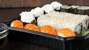 照相机迅速移动 大寿司设置了与各种各样的寿司卷以及maki, nigiri, gunkan在一时髦黑木 影视素材