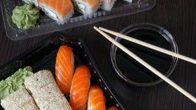 照相机迅速移动 大寿司设置了与各种各样的寿司卷以及maki, nigiri, gunkan在时髦的黑色 影视素材
