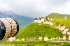 照相机透镜面对古老Alanian大墓地 免版税库存图片