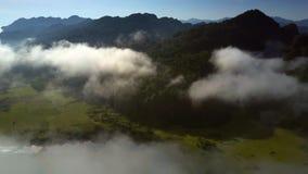 照相机通过云彩上升显示高地谷 股票录像