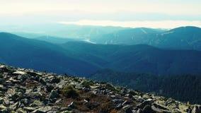 照相机采取从喀尔巴阡山脉范围峰顶的全景  影视素材