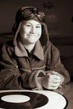 照相机飞行员微笑的年轻人 免版税库存照片