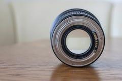 照相机画象固定焦点在黑暗的木背景的照片透镜 免版税库存照片