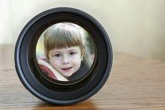 照相机画象固定焦点在黑暗的木背景w的照片透镜 免版税库存照片