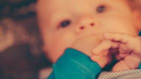 照相机去除小婴孩的面孔然后失去焦点 影视素材