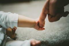 照顾一个她的小新出生的女孩 库存图片