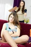 照顾不满对使的长沙发少年女儿肮脏 库存照片