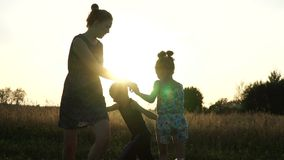 照顾与儿子和女儿的戏剧在领域在日落 缓慢的mo 股票视频