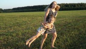 照顾与女儿的戏剧在领域在日落 缓慢的mo 影视素材