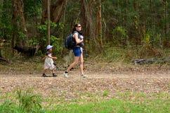 照顾与她的婴儿婴孩和孩子的远足 库存图片