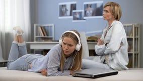 照顾争论与花费的许多时间青少年的女儿在社会网络 免版税库存图片