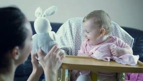 照顾使用与小孩女孩坐高脚椅子 股票视频