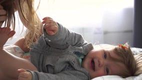 照顾使用与笑的女婴和她 股票视频