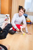 照顾做与丈夫和女儿的图片有手机的,室内 免版税图库摄影