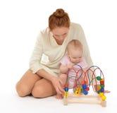 照顾儿童使用小的婴儿学会木教育玩具 图库摄影