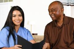 照顾前辈的护士 免版税库存照片