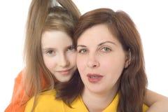照顾和一个空白背景的女儿 免版税库存照片