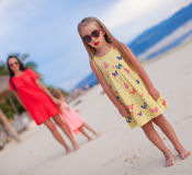 照顾和两她的孩子在日落的异乎寻常的海滩 免版税库存图片