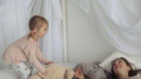 照顾和她的一点女儿戏剧用长毛绒兔子 影视素材