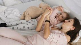 照顾和她的使用在床上的小女孩 股票录像
