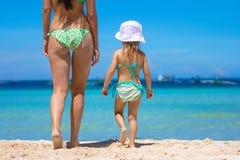照顾和她的走在热带的小女儿 免版税库存照片