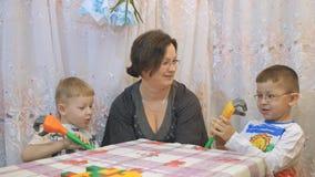 照顾和她逗人喜爱的儿子一起花费时间在家,儿童` s情感,机械手 股票视频