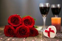 照顾在木板的天红色玫瑰有拷贝空间的 库存图片