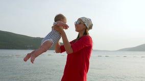照顾培养和轮海滩的一个小儿子在日落 股票视频