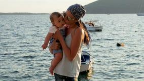照顾培养和轮海滩的一个小儿子在日落 影视素材