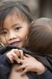 照顾她的弟弟的女孩,老挝 免版税库存图片