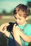 照顾帮助她的儿子做他的第一张照片 免版税图库摄影