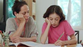照顾帮助她的女儿在家准备家庭作业 股票录像