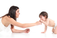 慰问她婴孩哭泣的母亲 免版税库存照片