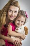 照顾拥抱他的女儿 免版税库存照片