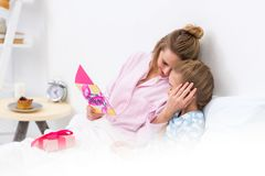 照顾拥抱女儿和拿着在愉快的明信片 图库摄影