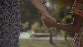 照顾握她的混合的族种女儿的手 股票视频
